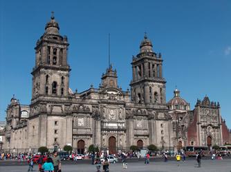 В главный собор Мехико верующие приходят в масках