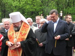 В.Янукович подарував дзвони Георгіївському храму м. Єнакієве