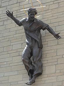 В Англии появилась статуя Христа в джинсах