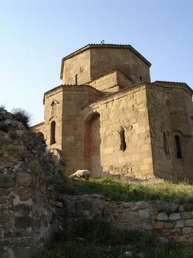 Уникальный двухкупольный храм закрылся в Грузии